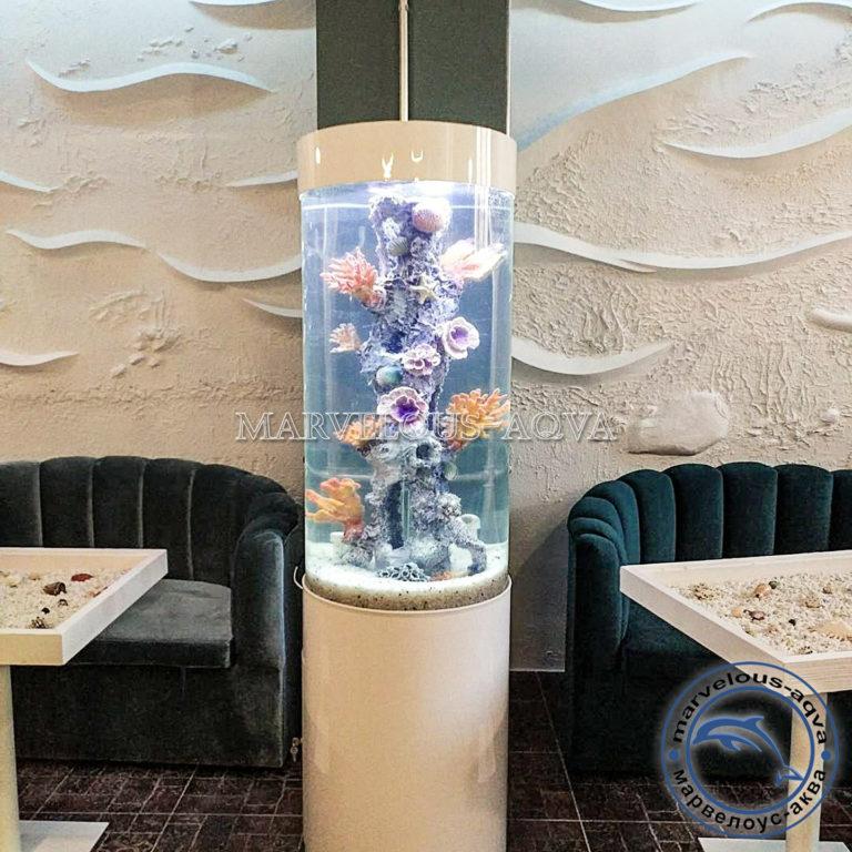 аквариум цилиндр в ресторане